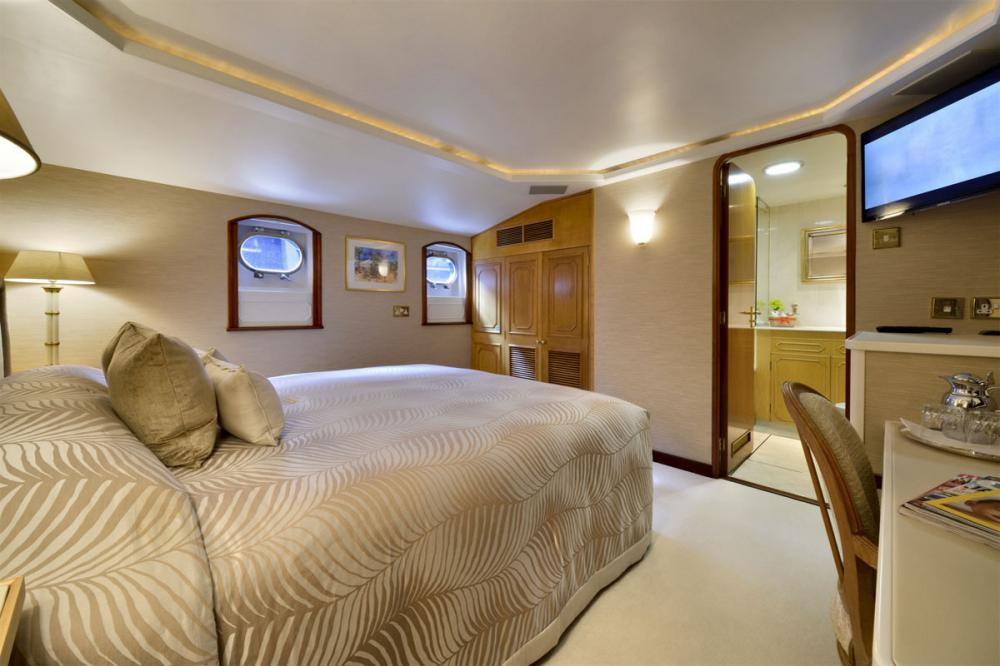 THE GOOSE - Luxury Motor Yacht For Charter - 1 MASTER CABIN - Img 4 | C&N
