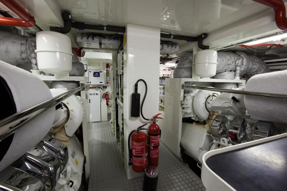 PERLE NOIRE - Luxury Motor Yacht For Sale - ENGINE ROOM - Img 2   C&N