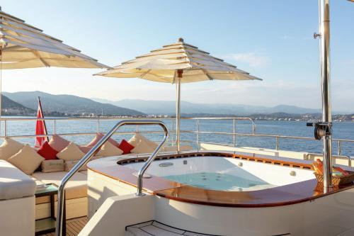 W EXPLORER - Luxury Motor Yacht For Charter - Exterior Design - Img 2   C&N