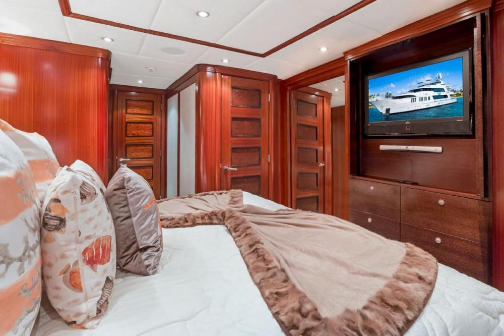 OCEAN CLUB - Luxury Motor Yacht For Charter - Three king staterooms - Img 3 | C&N