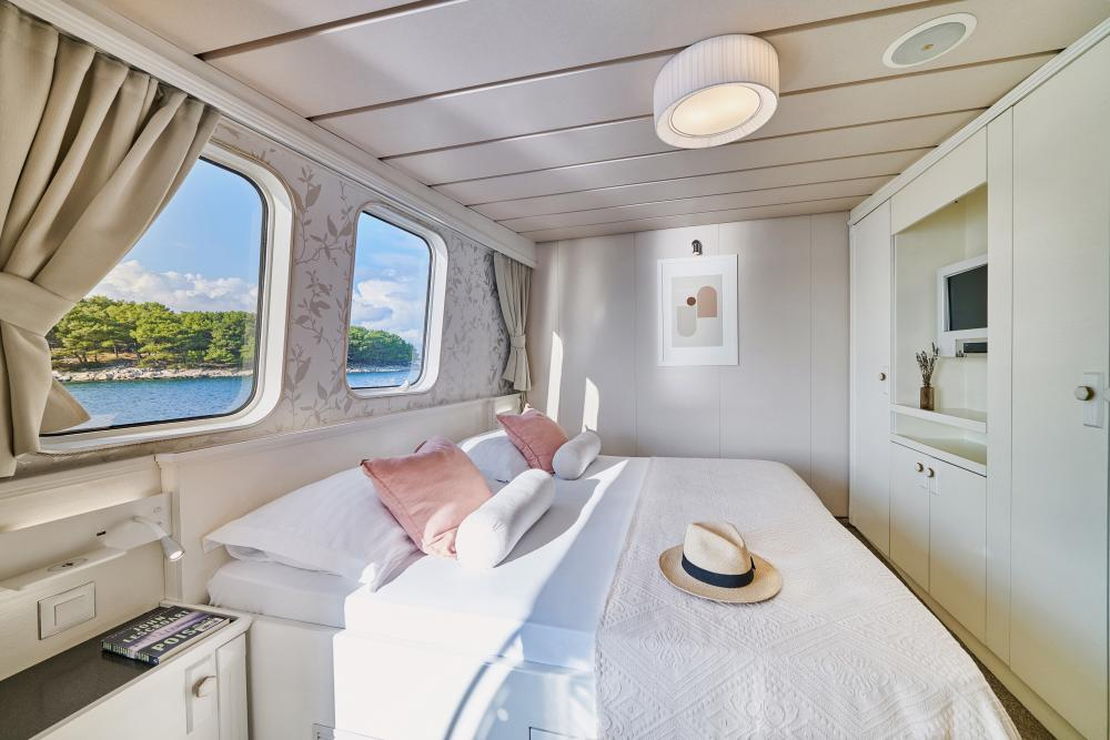 LA PERLA - Luxury Motor Yacht For Sale - 13 Guest Cabins over 2 Accommodation decks - Img 7   C&N