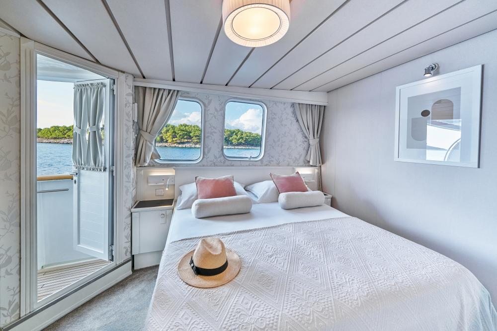 LA PERLA - Luxury Motor Yacht For Sale - 13 Guest Cabins over 2 Accommodation decks - Img 5   C&N