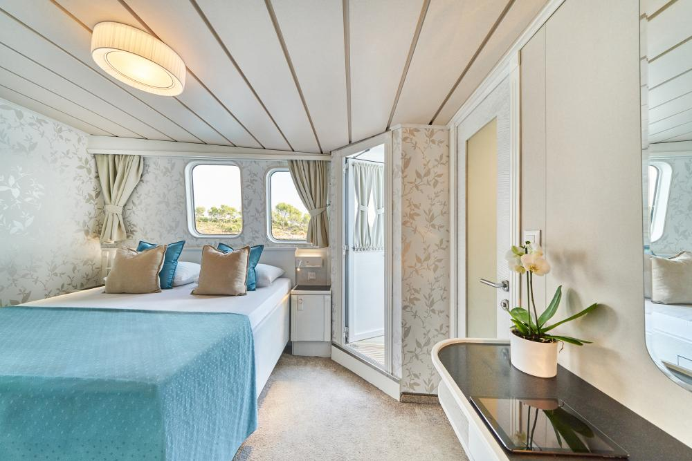 LA PERLA - Luxury Motor Yacht For Sale - 13 Guest Cabins over 2 Accommodation decks - Img 8   C&N