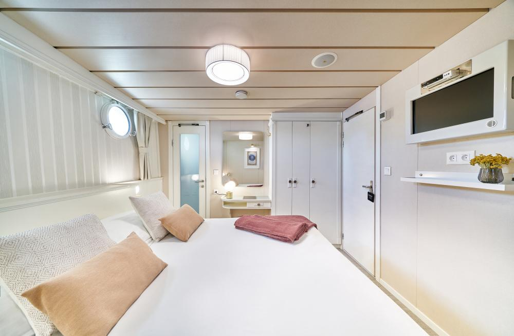 LA PERLA - Luxury Motor Yacht For Sale - 13 Guest Cabins over 2 Accommodation decks - Img 6   C&N