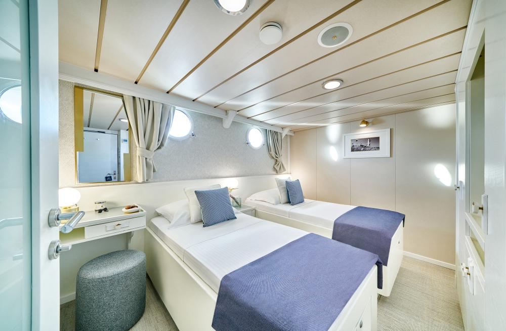 LA PERLA - Luxury Motor Yacht For Sale - 13 Guest Cabins over 2 Accommodation decks - Img 9   C&N