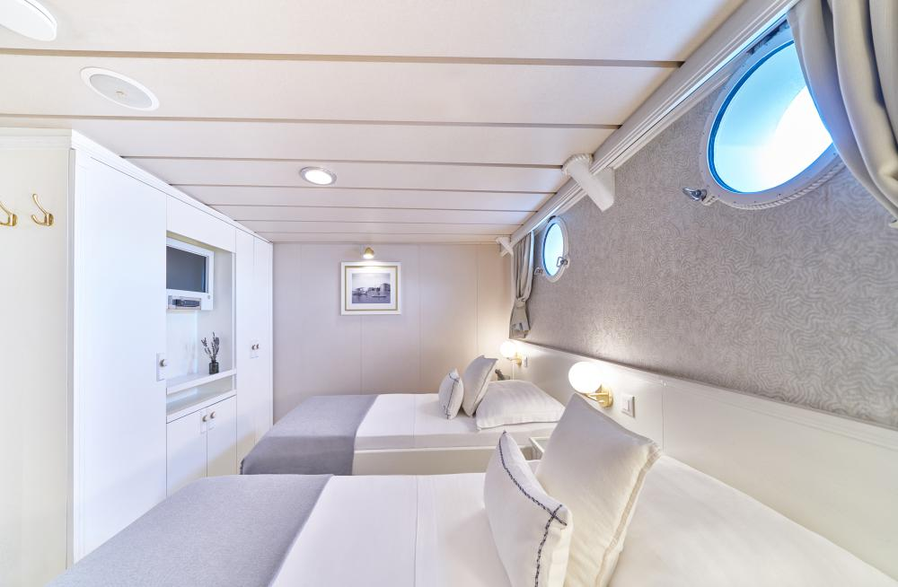 LA PERLA - Luxury Motor Yacht For Sale - 13 Guest Cabins over 2 Accommodation decks - Img 10   C&N