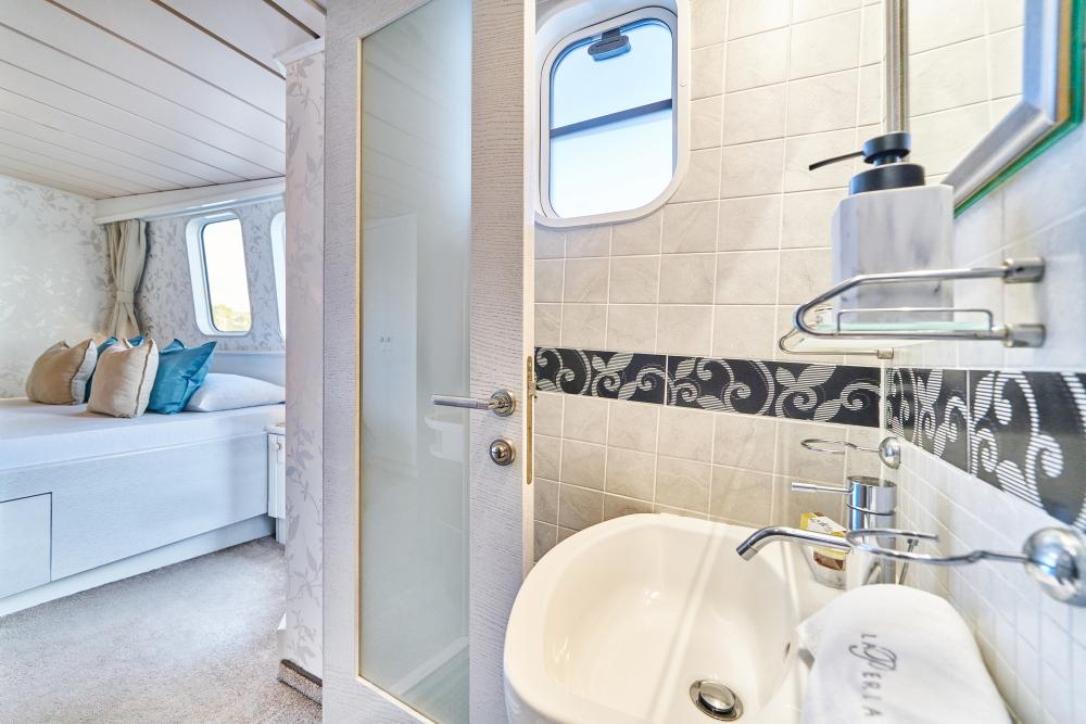 LA PERLA - Luxury Motor Yacht For Sale - 13 Guest Cabins over 2 Accommodation decks - Img 12   C&N