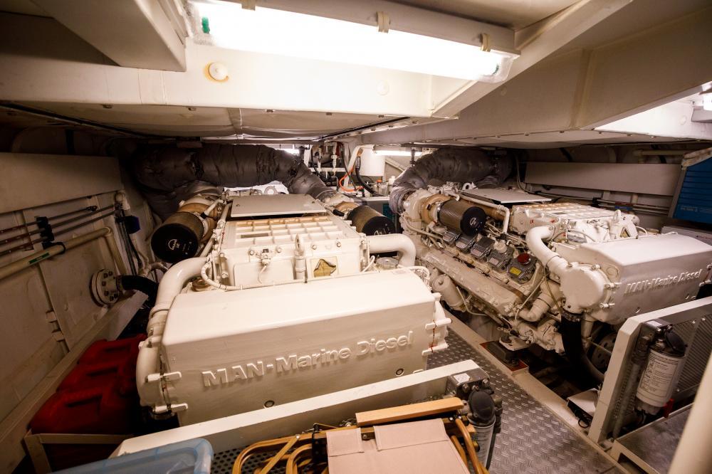 LO RIDER - Luxury Motor Yacht For Sale - Engineroom - Img 1 | C&N