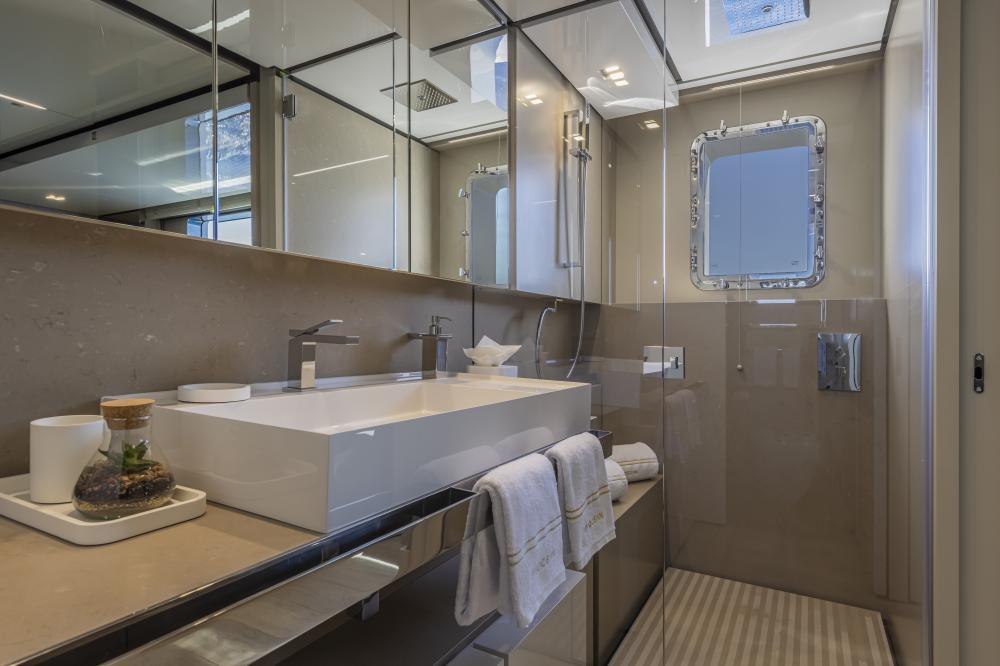 EMOCEAN - Luxury Motor Yacht For Charter - Double Cabins - Img 5 | C&N
