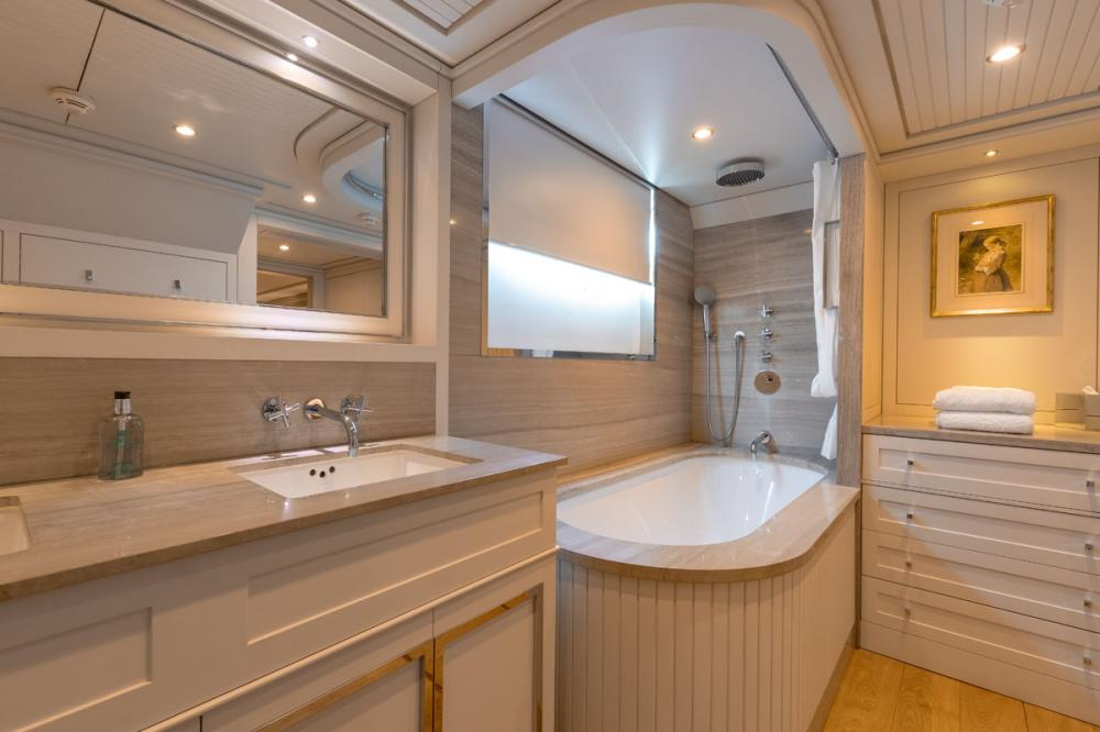 BELLE ISLE - Luxury Motor Yacht For Sale - 2 TWIN CABINS - Img 3   C&N