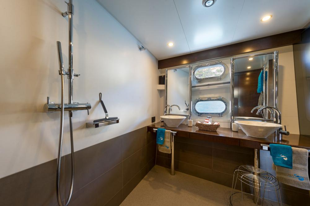 MONARA - Luxury Motor Yacht For Charter - 1 MASTER CABIN - Img 2   C&N