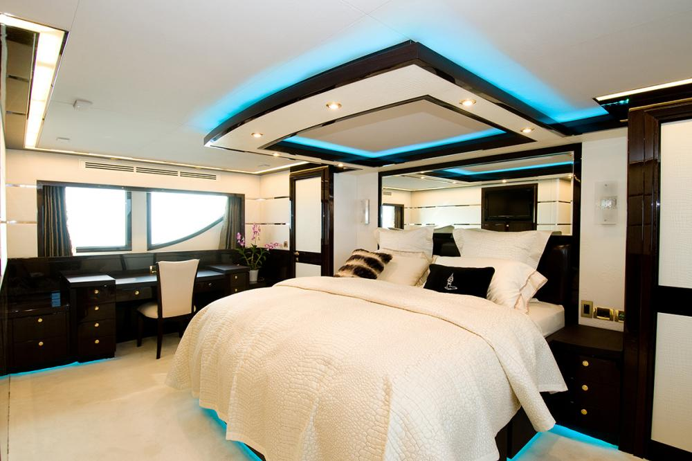 JADE 95 - Luxury Motor Yacht For Sale - 1 MASTER CABIN - 1 DOUBLE CABINS - 2 TWIN CABINS - Img 1 | C&N
