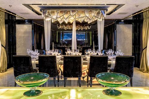 SARASTAR - Luxury Motor Yacht For Charter - Interior Design - Img 4 | C&N