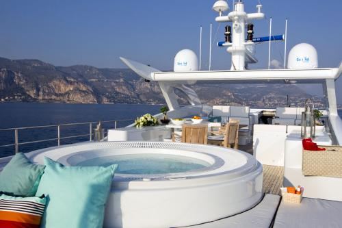 PERLE NOIRE - Luxury Motor Yacht For Sale - Exterior Design - Img 3 | C&N