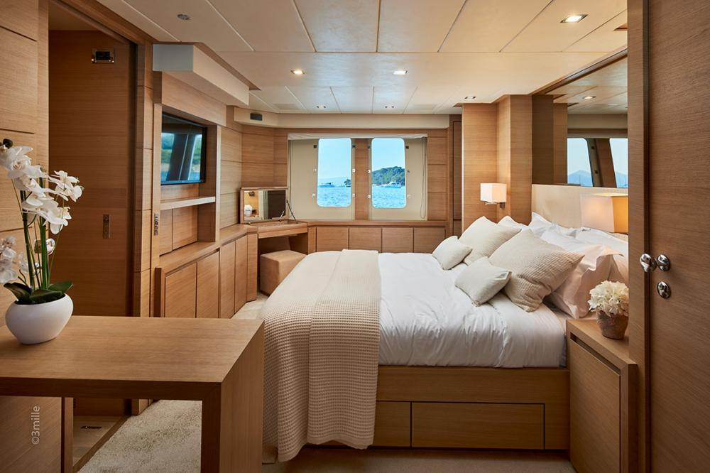 HUMMINGBIRD - Luxury Motor Yacht For Charter - Master Cabin - Img 1 | C&N