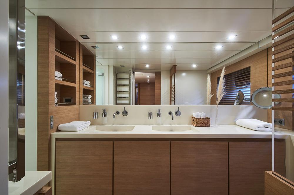 HUMMINGBIRD - Luxury Motor Yacht For Charter - Master Cabin - Img 2 | C&N