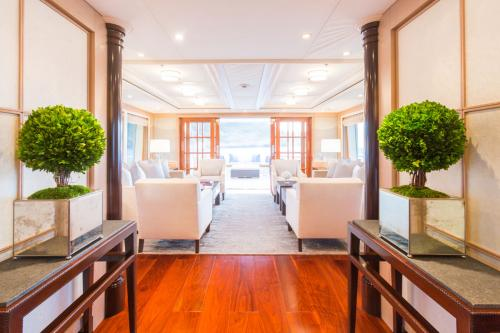 Fabulous Character - Luxury Motor Yacht For Charter - Interior Design - Img 2 | C&N